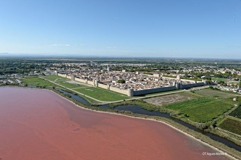 La Cité d'Aigues-Mortes et les salins