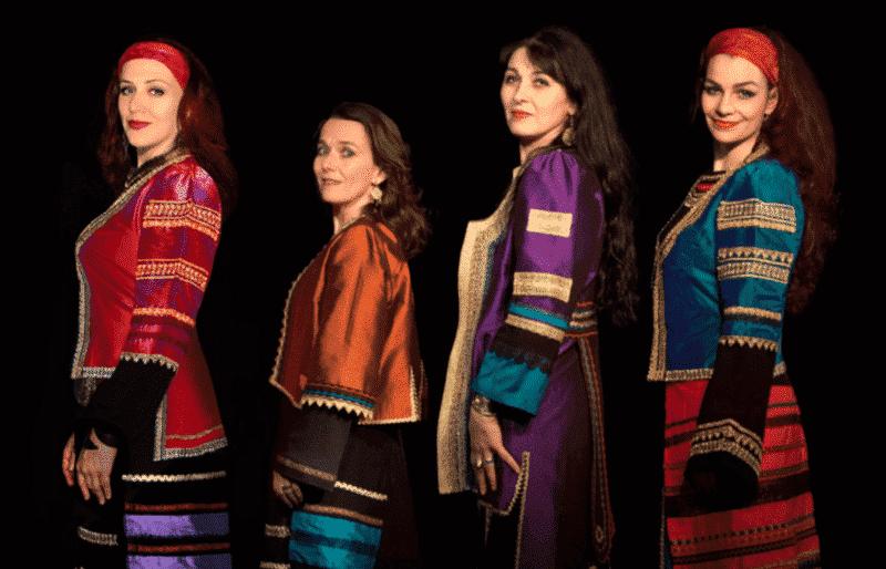 4 chanteuses en tenue ancestrale