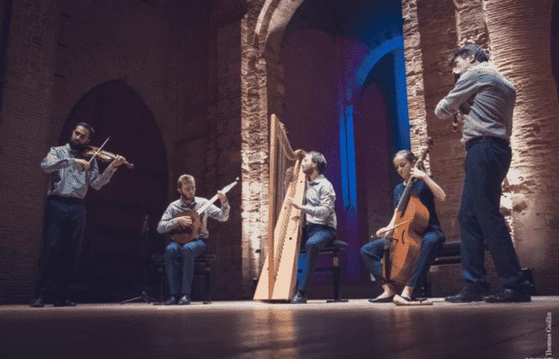 5 musiciens jouant de la musique